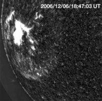Расширяющаяся взрывная волна проявляется как широкое яркое кольцо, окружающее пятнистую вспышку, зародившуюся возле левого края солнечного диска. Фото NSO/AURA/NSF/USAF Research Laboratory с сайта New