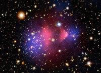 Скопления желтоватых галактик слева и справа (меньшего размера) проходят сквозь друг друга, забрав с собой свою темную материю (синий цвет - условно, конечно). Однако их газовые облака (красный) остаю