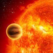 Несмотря на наличие воды, эта планета вблизи должна выглядеть не очень-то гостеприимно — горячий юпитер, ничего не поделаешь (иллюстрация ESA/C.Carreau).