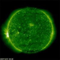 Изображение Солнца, полученное сенсором жесткого ультрафиолетового излучения EIT космической обсерватории SOHO в спектральном диапазоне 195 ангстрем (линия излучения Fe XII, сответствует температуре около 1,5 млн. градусов Кельвина). 31 декабря 2007 года, активная область - в левой части изображения.