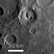 Кратер-телефон (солнце на снимке — справа). Снимок выполнен с расстояния 19300 километров от поверхности, через час после точки наибольшего сближения аппарата и планеты (фото NASA/Johns Hopkins University Applied Physics Laboratory/Carnegie Institution of Washington).