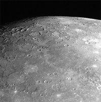 Снимок Северного полюса, представленный NASA, сделан узкоугольной камерой Messenger 94 минуты спустя после максимального сближения с Меркурием, с расстояния около 32 тыс. км.