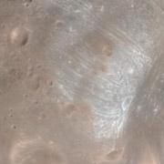 Фрагмент нового кадра показывает одну из загадочных особенностей спутника (фото NASA/JPL-Caltech/University of Arizona).