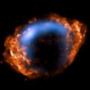 G1.9+0.3 как она видна вооружённым глазом. Тут совмещены два изображения: радиодиапазон и 1985 год — показан голубым цветом, рентген и 2007-й — оранжевым (фото NASA/CXC/NCSU/S.Reynolds et al., NSF/NRAO/VLA/Cambridge/D.Green et al.).