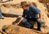 Генеральный секретарь Высшего совета по делам древностей Египта Захи Хавасс и мумия. 3 мая 2005 года. Фото AP с сайта www.livescience.com