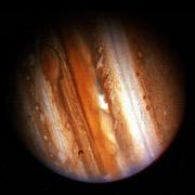 Юпитер излучает заметно больше энергии, чем получает от Солнца. Разгадку этого явления следует искать в процессах, происходящих на большой глубине. Пока у планетологов есть несколько гипотез, но окончательного вердикта по этому вопросу — не вынесено (фото NASA).