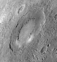 Коаксиальная кольцевая структура на Меркурии внешним диаметром около 260 км. Просматривается до трёх кольцевых структур. Изображение: зонд MESSENGER