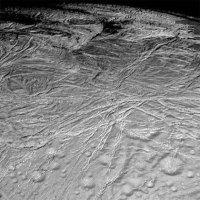 Одно из немногих обнародованных NASA изображений Энцелада, полученных зондом \