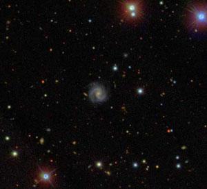 В центре снимка — одна из многочисленных галактик-отшельников; остальные видимые объекты находятся либо на переднем, либо на заднем плане фотографии (фото с сайта www.newscientist.com)