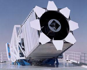 2,5-метровый телескоп для Слоуновского цифрового обзора неба (SDSS), установленный в обсерватории Апачи-Пойнт (штат Нью-Мексико), записывает изображения в цифровой форме с использованием 5 фильтров (фото с сайта www.sdss.org)