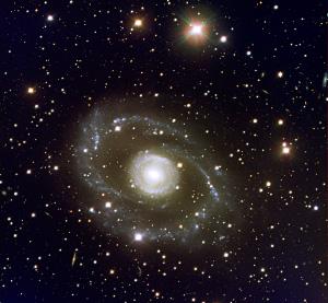 Спиральная галактика симметричной формы ESO 269-G57 в созвездии Центавра. Голубой цвет — области образования новых звезд. Фото с сайта www.eso.org