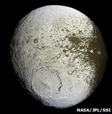Часть поверхности Япета светлая, часть - темная. Астрономы долго не могли понять почему