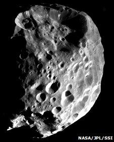Кратеры на поверхности Фебы свидетельствуют о многочисленных ударах других небесных тел